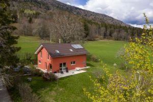 Villa individuale in verdeggiante paesaggio bucolico