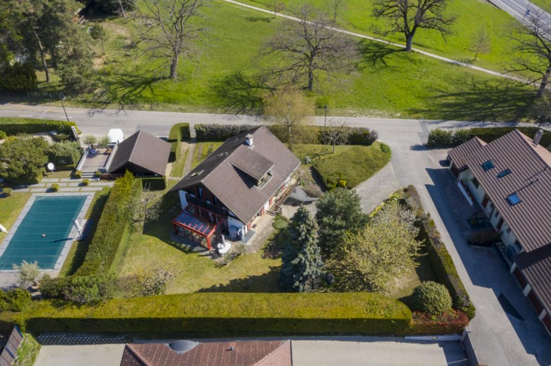 Schöne Villa mit großem bewachsenem Garten - 12