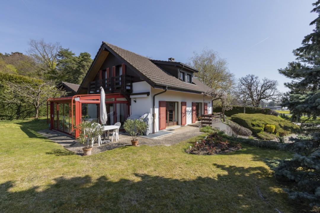 Schöne Villa mit großem bewachsenem Garten - 1