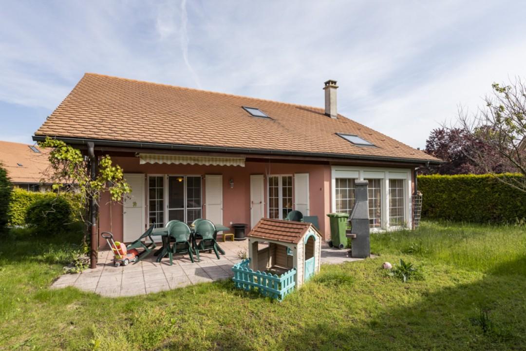 Schönes freistehendes Einfamilienhaus mit Garten - 1